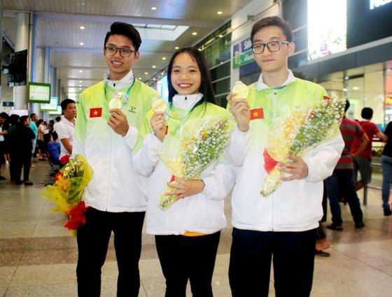 Bộ ba Nguyễn Ngọc Anh Vy, Nguyễn Khánh Hưng, Huỳnh Tiến Phước đoạt HCV thế giới. Ảnh: PHÚC NGUYỄN