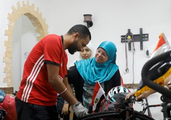 Chàng trai Ai Cập đạp xe 5.000km đến Nga cổ vũ đội tuyển ảnh 1