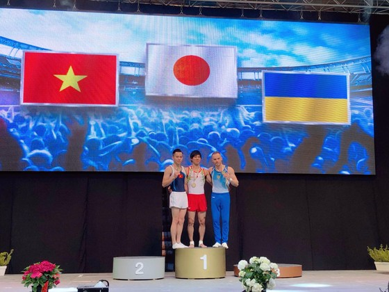 VĐV Lê Thanh Tùng (trái) đoạt HCB tại Cúp thế giới 2018.