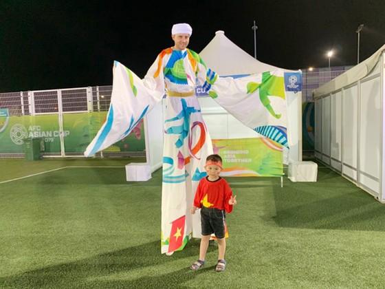 CĐV Việt Nam khiến khán đài sân Hazza Bin Zayed bừng sáng ảnh 3