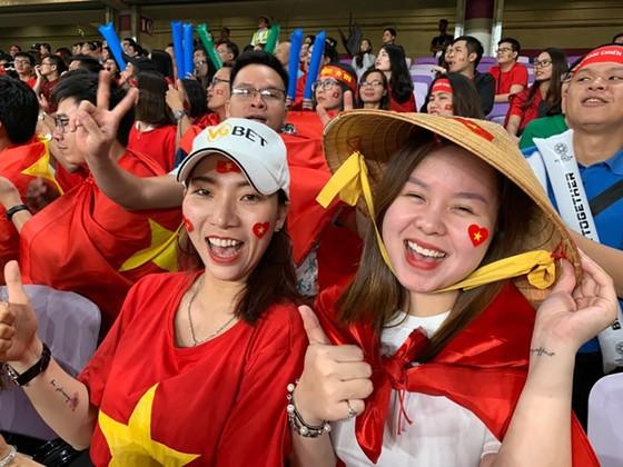 CĐV Việt Nam khiến khán đài sân Hazza Bin Zayed bừng sáng ảnh 2