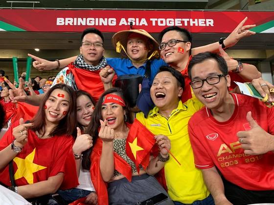 Các CĐV cuồng nhiệt của Việt Nam trên khán đài sân Hazza Bin Zayed.