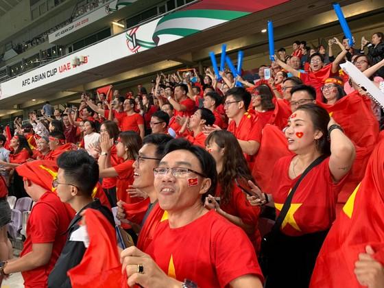 CĐV Việt Nam khiến khán đài sân Hazza Bin Zayed bừng sáng ảnh 9