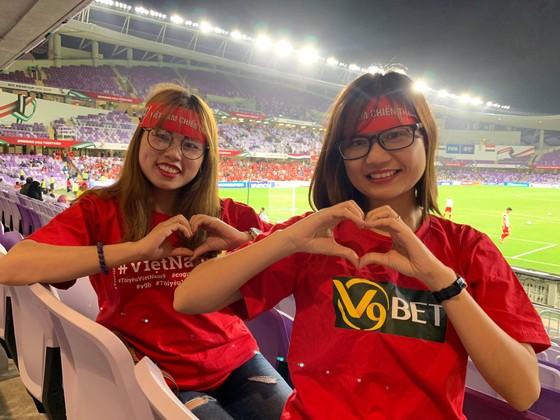 CĐV Việt Nam khiến khán đài sân Hazza Bin Zayed bừng sáng ảnh 11