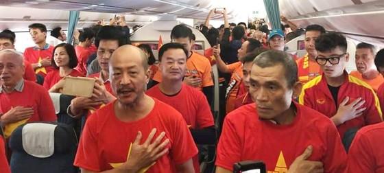 Vẻ đẹp fan Việt trong cuộc hành trình cùng đội tuyển Việt Nam tại UAE  ảnh 4