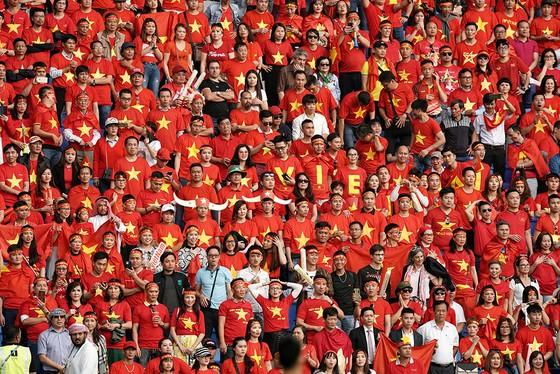 Vẻ đẹp fan Việt trong cuộc hành trình cùng đội tuyển Việt Nam tại UAE  ảnh 1