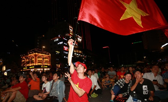 Người hâm mộ TPHCM phủ kín phố đi bộ Nguyễn Huệ ngày U.23 Việt Nam đánh bại U.23 Thái Lan 4-0 ảnh 6