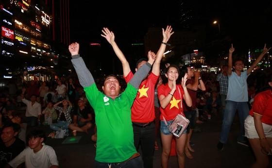 Người hâm mộ TPHCM phủ kín phố đi bộ Nguyễn Huệ ngày U.23 Việt Nam đánh bại U.23 Thái Lan 4-0 ảnh 5