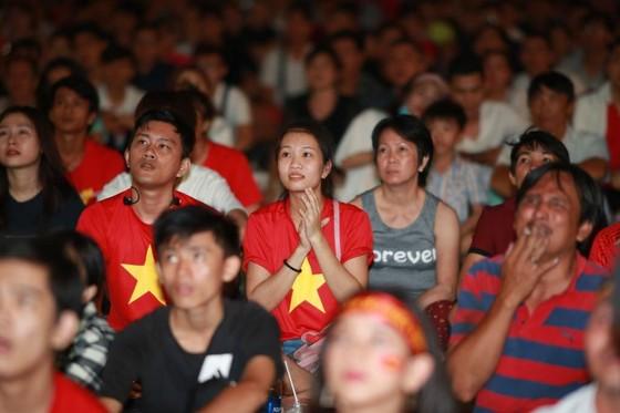 Người hâm mộ TPHCM phủ kín phố đi bộ Nguyễn Huệ ngày U.23 Việt Nam đánh bại U.23 Thái Lan 4-0 ảnh 3