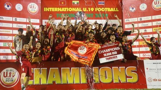 Đội Việt Nam giành Cúp vộ địch sau chiến thắng trước Thái Lan. Ảnh: DŨNG PHƯƠNG