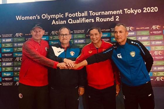 HLV 4 đội tham dự bảng B tại buổi họp ngày 2-4. Ảnh: Đoàn Nhật