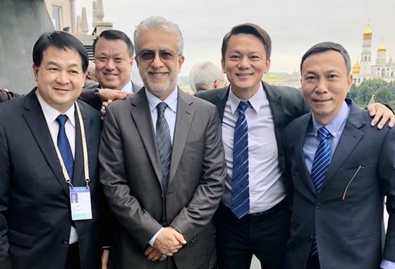 PCT VFF Trần Quốc Tuấn cùng Chủ tịch AFC Salman Bin Ibrahim Al-Khalifa và các lãnh đạo LĐBĐ một số quốc gia châu Á. Ảnh: Đoàn Nhật