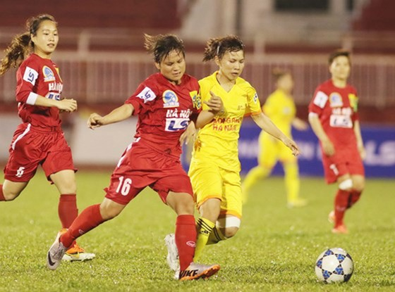 Các nữ cầu thủ thi đấu ở giải VĐQG.