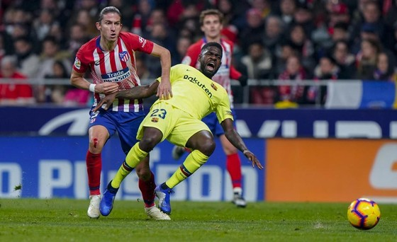 Felipe Luis (trái) đến gần với CLB Barcelona.