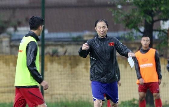 HLV Kim Han-yoon và buổi tập đầu tiên cùng U23 Việt Nam. Ảnh: MINH HOÀNG
