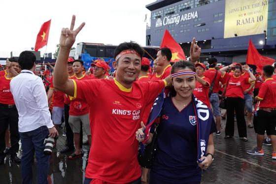Khán giả đến sân khá sớm để cổ vũ cho trận đấu. Ảnh: DỦNG PHƯƠNG