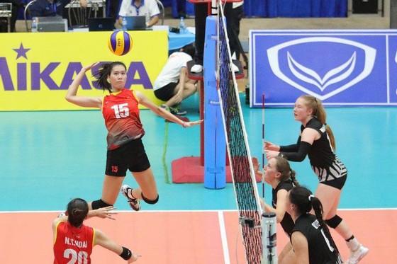 Phụ công Nguyễn Thị Trinh (đập bóng) chơi khá hay trong trận tứ kết.