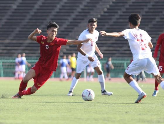 Các đội bóng Đông Nam Á từng khổ sở khi thi đấu trên mặt sân cỏ nhân tạo ở Campuchia mới đây.