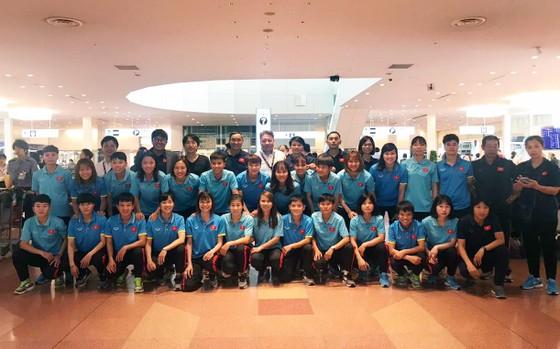HLV Miura chụp ảnh cùng đội tuyển nữ Việt Nam tại sân bay. Ảnh: Đoàn Nhật