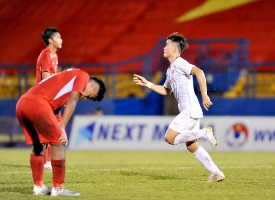 U18 Việt Nam có thế trận lấn lướt trước Singapore. Ảnh: NGUYỄN NHÂN