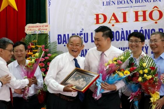 Phó chủ tịch VFF Cao Văn Chóng chúc mừng ông Nguyễn Duy Quý sau khi kết thúc Đại hội. Ảnh: Kim Yến