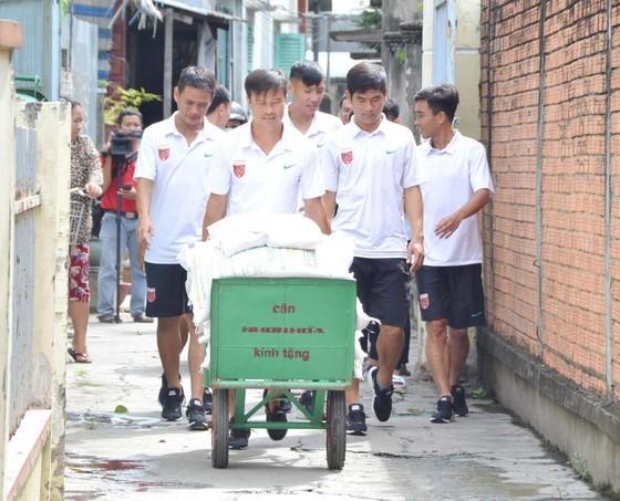 Hoạt động công tác xã hội của cầu thủ CLB Long An vào sáng 23-8. Ảnh: ANH TUẤN