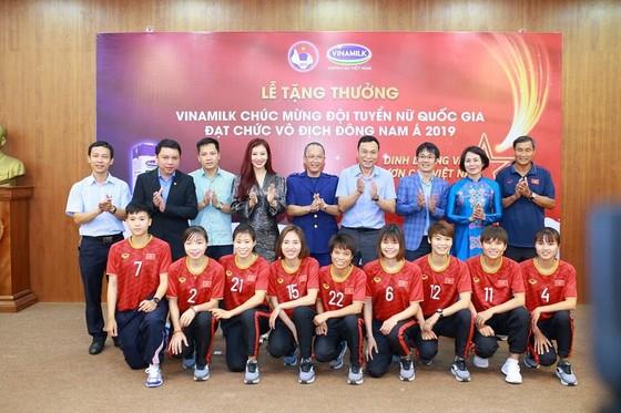 Đại diện đội tuyển nữ Viêt Nam chụp ảnh lưu niệm cùng lãnh đạo Tổng cục TDTT, VFF và nhà tài trợ Vinamilk. Ảnh: Anh Trần