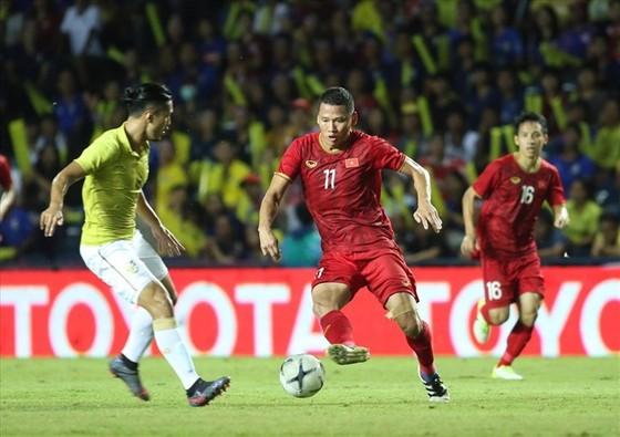 Người hâm mộ Thái Lan lo cho đội nhà trong cuộc đối đầu với Anh Đức (phải) và đội tuyển Việt Nam.