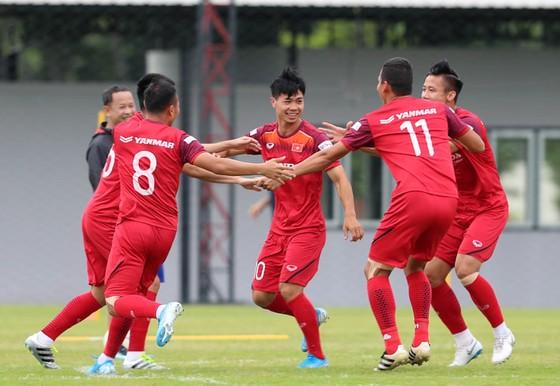 Rộn tiếng cười, sự thoải mái ở đội tuyển Việt Nam trước trận đấu. Ảnh: MINH HOÀNG