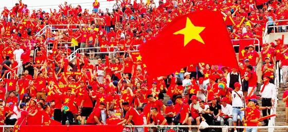 Các CĐV trung thành của bóng đá VIệt Nam nhuộm đỏ khán đài sân Thammasat. Ảnh: DŨNG PHƯƠNG