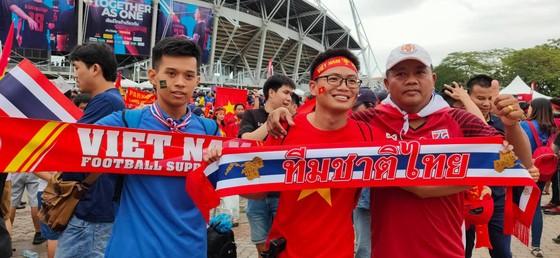 CĐV thổi bùng bầu không khí cuồng nhiệt trước trận Thái Lan - Việt Nam ảnh 7