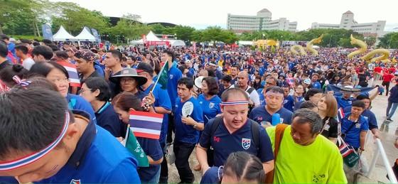 CĐV thổi bùng bầu không khí cuồng nhiệt trước trận Thái Lan - Việt Nam ảnh 5