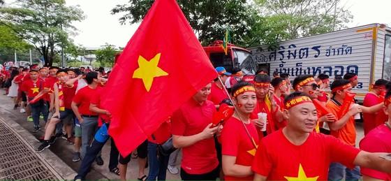 CĐV thổi bùng bầu không khí cuồng nhiệt trước trận Thái Lan - Việt Nam ảnh 2