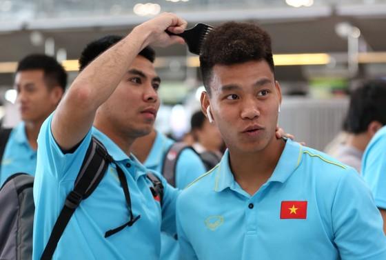 """Đức Huy giúp Văn Thanh """"làm đẹp"""" ở sân bay. Ảnh: Minh Hoàng"""