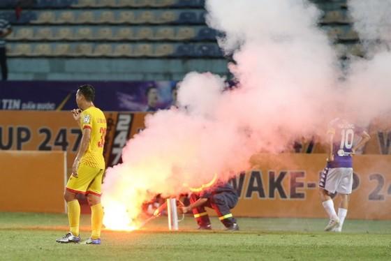 Sân Hàng Đẫy 'đi đầu' về các án phạt đốt pháo sáng tại V-League 2019 ảnh 2