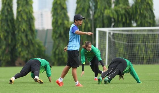 HLV Mai Lan cùng các thủ môn trên sân tập. Ảnh: Đoàn Nhật