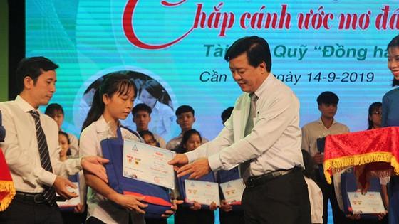 ông Ngô Văn Đông trao học bổng cho các tân sinh viên 13 tỉnh ĐBSCL. Ảnh: PHÚC NGUYỄN