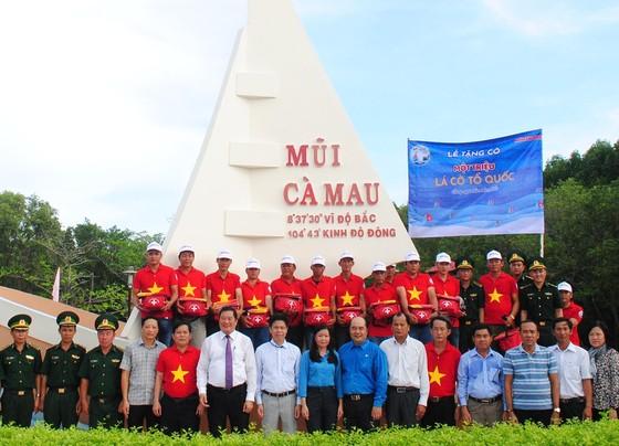 Trao 2.000 lá cờ Tổ quốc cho ngư dân tỉnh Cà Mau ảnh 1
