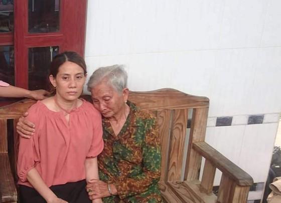 """Mẹ già ngất xỉu khi thấy con gái """"trở về từ cõi chết"""" sau 22 năm lưu lạc tại Trung Quốc  ảnh 1"""
