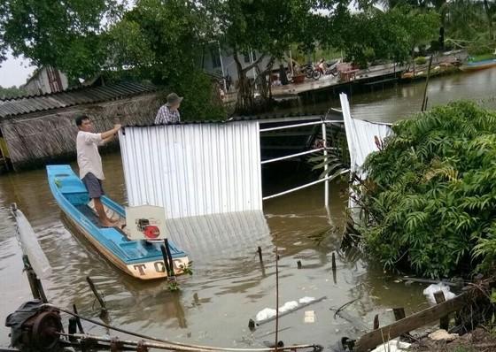 Lãnh đạo TPHCM  tặng quà người dân U Minh bị thiệt hại do bão số 3 gây ra ảnh 2