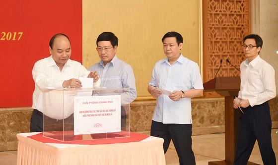 Chính phủ quyên góp ủng hộ khắc phục hậu quả mưa lũ ảnh 1