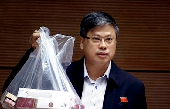 ĐBQH mang cả túi thuốc lá lậu đến nghị trường Quốc hội ảnh 1