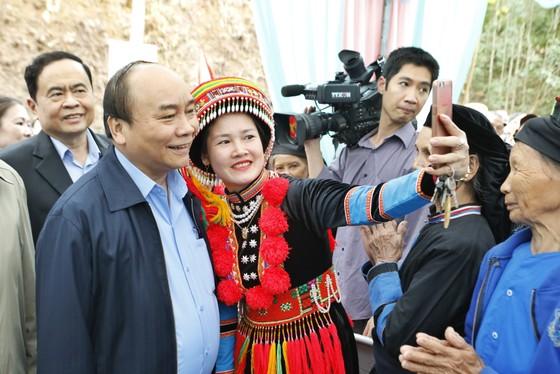 Dự ngày hội đại đoàn kết, Thủ tướng selfie cùng bà con người Dao   ảnh 2