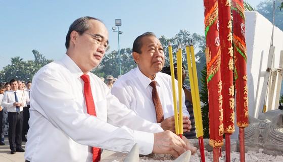 Lãnh đạo TPHCM dâng hương, dâng hoa tưởng niệm các anh hùng liệt sĩ ảnh 3