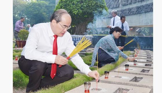 Lãnh đạo TPHCM dâng hương, dâng hoa tưởng niệm các anh hùng liệt sĩ ảnh 4