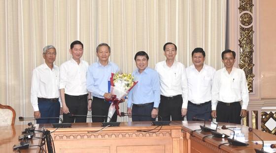 Chủ tịch UBND TPHCM Nguyễn Thành Phong trao quyết định cán bộ ảnh 1