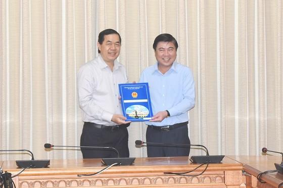 Chủ tịch UBND TPHCM Nguyễn Thành Phong trao quyết định cán bộ ảnh 2