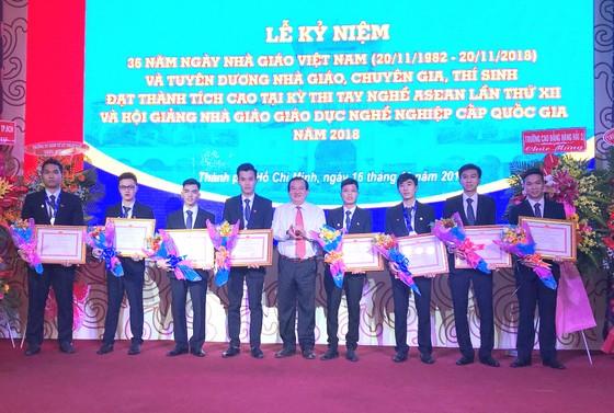 UBND TPHCM tặng bằng khen các thí sinh đoạt huy chương trong Kỳ thi tay nghề ASEAN ảnh 1