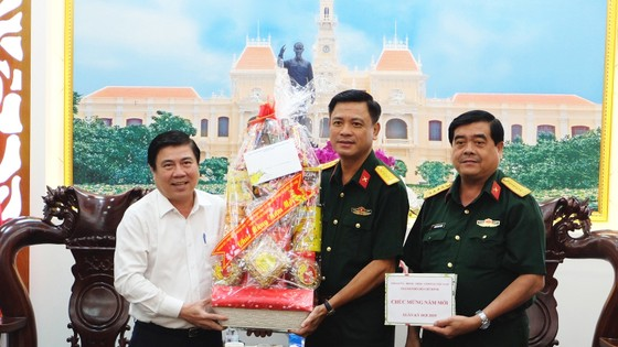Chủ tịch UBND TPHCM Nguyễn Thành Phong thăm, chúc tết các đơn vị và người dân ảnh 1