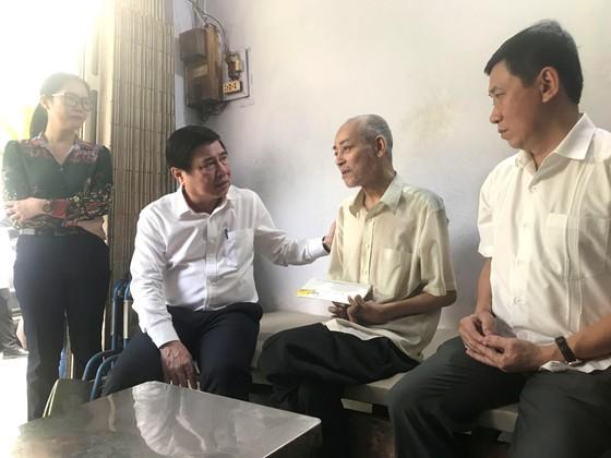 Chủ tịch UBND TPHCM Nguyễn Thành Phong thăm, chúc tết các đơn vị và người dân ảnh 2